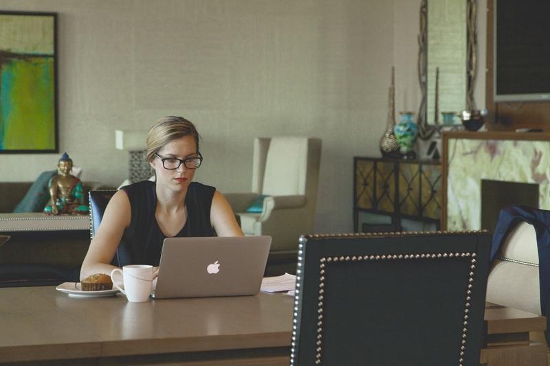 laptop-desk-computer-writing-apple-table-693727-pxhere.com
